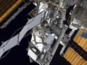 На МКС после семичасового выхода в космос возвратились астронавты NASA