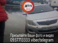 В Киеве автомобиль провалился в огромную яму с водой