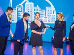 Зеленский приложился к самой большой груди Украины – и девушка попала в  Лигу смеха