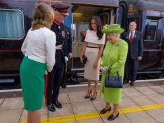 С глазу на глаз с королевой: Меган впервые без принца Гарри сопроводила Елизавету II на мероприятие