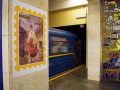К 100-летию первой украинской марки станцию метро  Почтовая площадь  украсили 50 ее лучших экземпляров