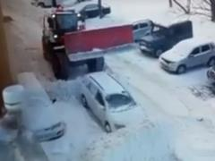 В соцсетях показали, как коммунальщики борются с брошенными где попало авто