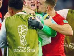 Сборная Англии поздравила с Днем влюбленных поцелуем футболистов