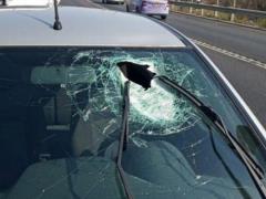 Офицер ЦАХАЛа ранен камнем, попавшим в его машину