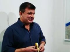 Мужчина на выставке съел банан стоимостью $120 000