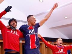 Поцелуи и танцы на столе : как ПСЖ отпраздновал победу над  Баварией  и выход в 1/2 финала Лиги чемпионов