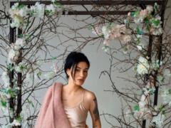 Анастасия Приходько в пиджаке на голое тело объявила о возвращении в шоу-бизнес