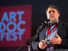 Гран-при  Артдокфеста  получил фильм  Тихий голос  о чеченском бойце гее. Его показы в России отменили из-за угроз